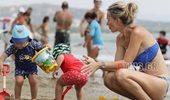 Άριελ Κωνσταντινίδη: Δείτε την στην παραλία με τον σύζυγό της και τα δίδυμα παιδιά τους